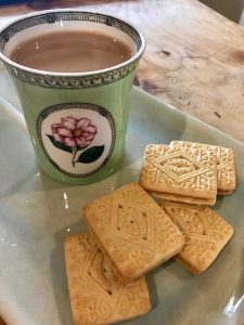 photo of milky tea and sandwich cookies