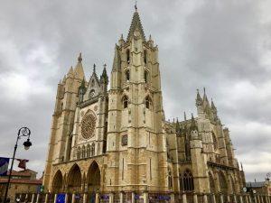 Photo of front of León's gothic Santa María de León Cathedral.