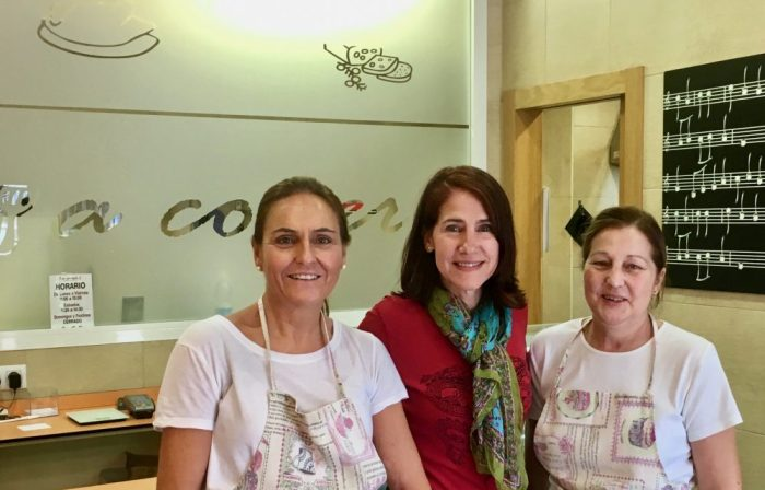 Photo of da-AL with employee and Susana, owner of 'a comer' restaurant.